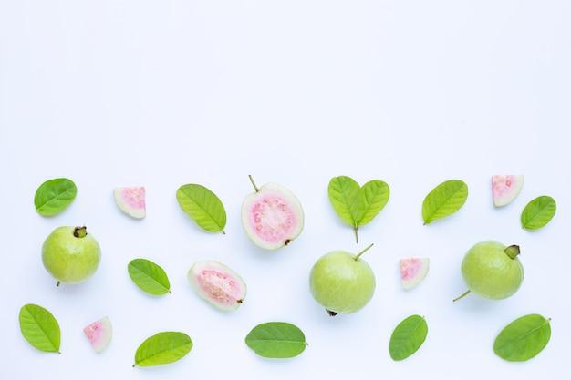 Vista dall'alto di guava maturo fresco e fette con foglie