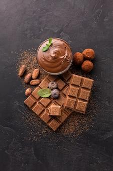 Vista dall'alto di gustose barrette di cioccolato