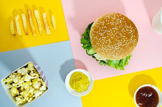 Vista dall'alto di hamburger con popcorn
