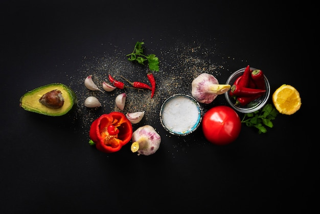 Vista dall'alto di ingredienti freschi di guacamole, verdure biologiche naturali sul tavolo, cucina casalinga