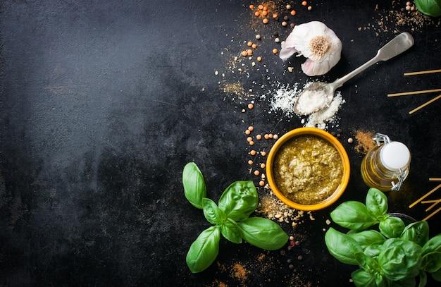 Vista dall'alto di ingredienti per cucinare gli spaghetti