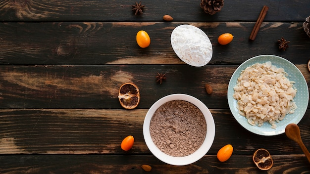 Vista dall'alto di ingredienti torta con spazio di copia