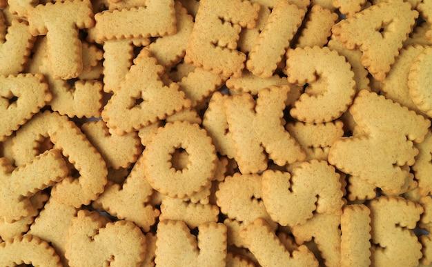 Vista dall'alto di innumerevoli biscotti a forma di alfabeto