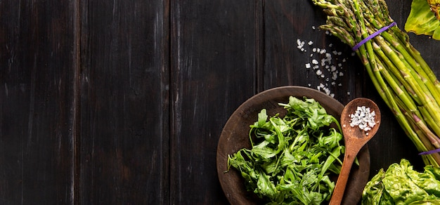 Vista dall'alto di insalata con asparagi e copia spazio