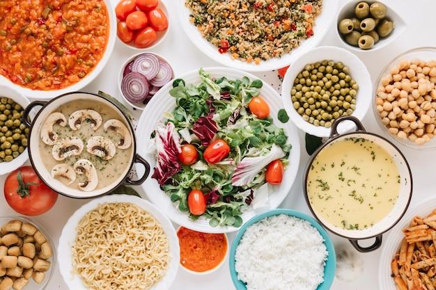 Vista dall'alto di insalata e zuppe con olive
