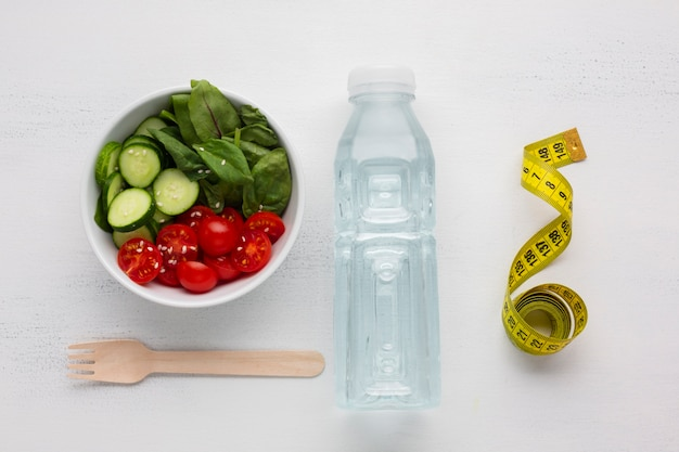 Vista dall'alto di insalatiera e bottiglia d'acqua