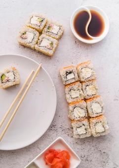 Vista dall'alto di involtini di sushi con salsa