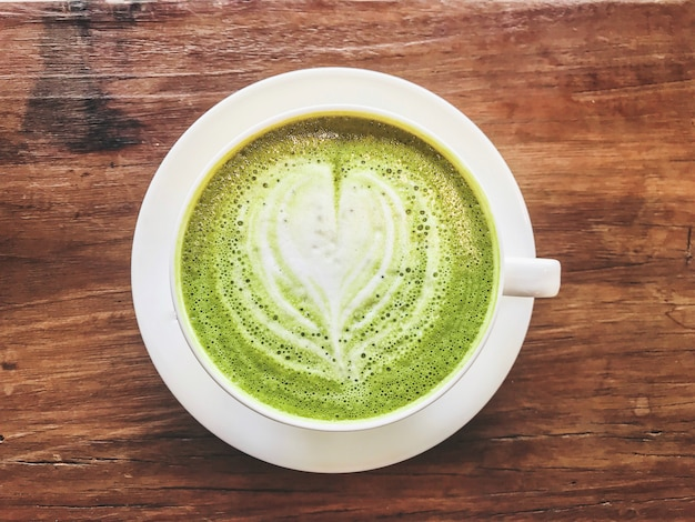 Vista dall'alto di latte caldo tè verde matcha latte con latte cremoso