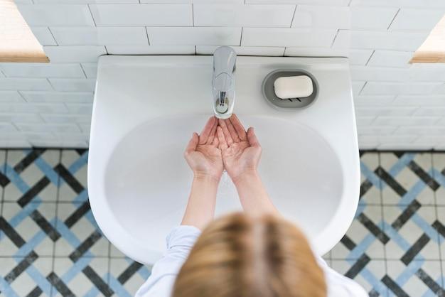 Vista dall'alto di lavarsi le mani al lavandino