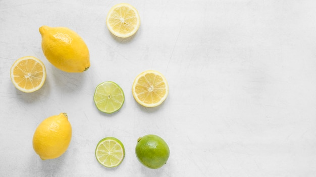 Vista dall'alto di limone e lime biologici sul tavolo