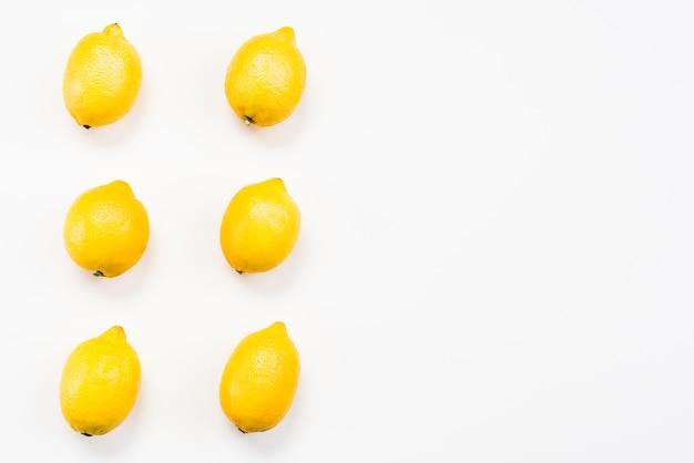 Vista dall'alto di limoni deliziosi esotici