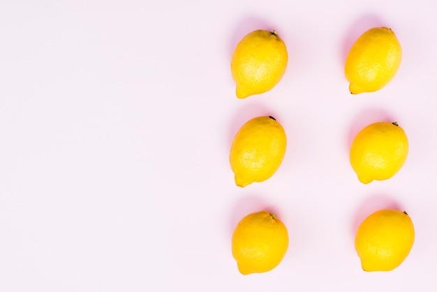 Vista dall'alto di limoni freschi