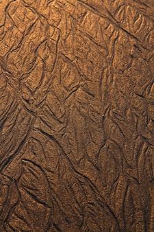 Vista dall'alto di linee texture di sfondo sulla sabbia nella spiaggia creata dalla bassa marea.