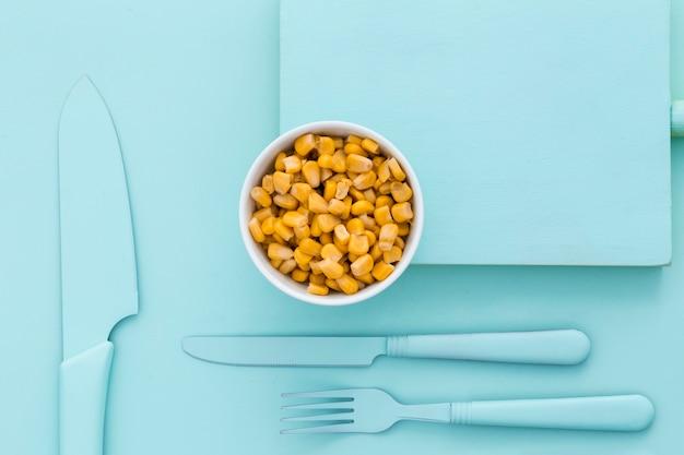 Vista dall'alto di mais fresco sul tavolo