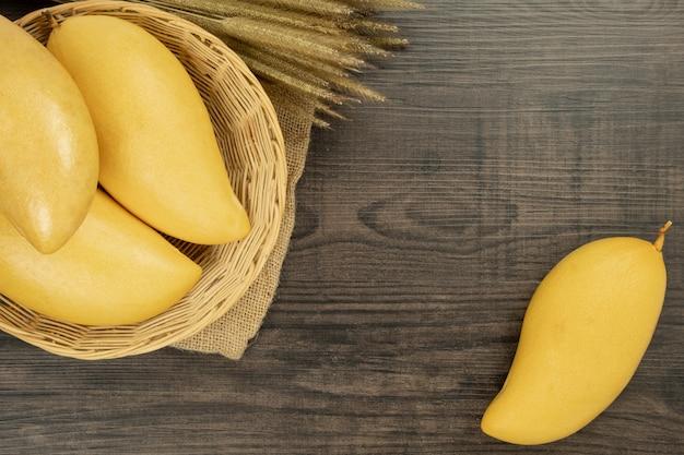 Vista dall'alto di mango fresco. sfondo in legno e copia spazio per aggiungere testo.