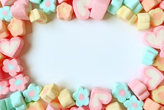 Vista dall'alto di marshmallow a forma di cuore e a forma di cuore con spazio libero per il design