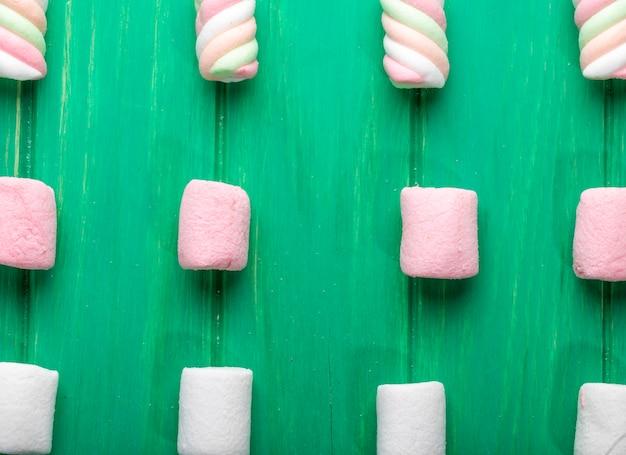 Vista dall'alto di marshmallow colorati su verde