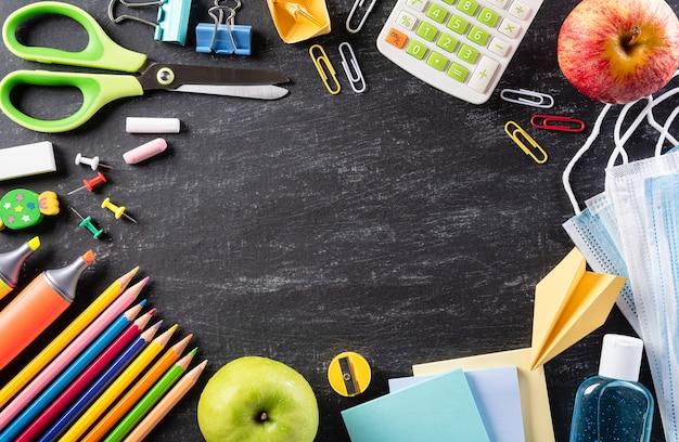 Vista dall'alto di materiale scolastico colorato per tornare al concetto di scuola