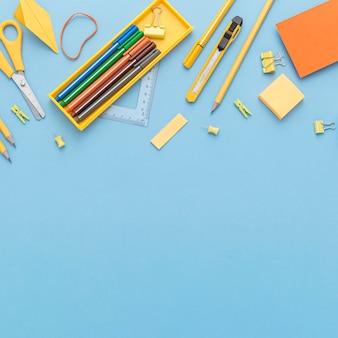 Vista dall'alto di materiale scolastico con copia spazio e matite