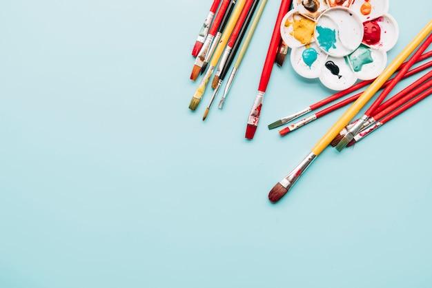 Vista dall'alto di materiali pittorici con copyspace
