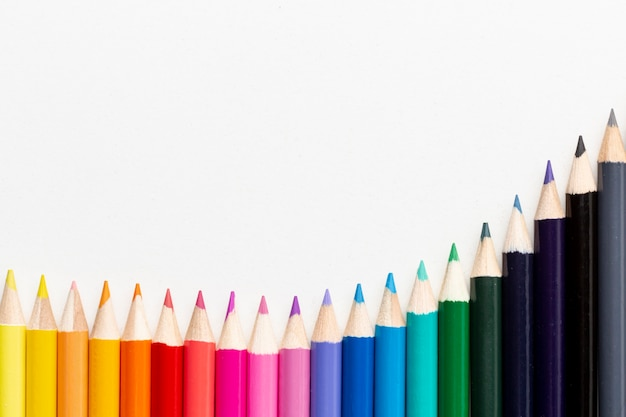 Vista dall'alto di matite colorate con spazio di copia