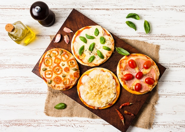 Vista dall'alto di mini pizza sul vassoio di legno