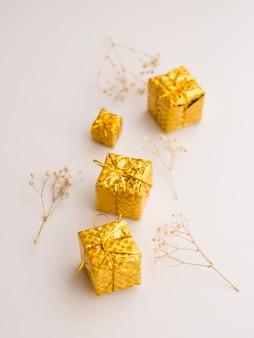 Vista dall'alto di mini scatole regalo ornamentali
