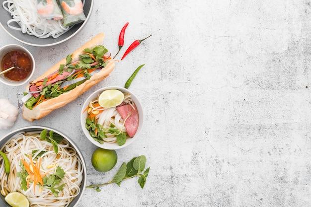 Vista dall'alto di noodles e sandwich con spazio di copia