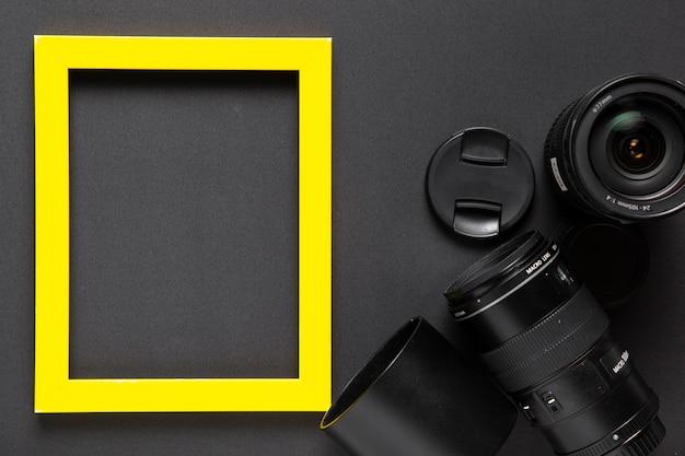 Vista dall'alto di obiettivi della fotocamera con cornice gialla
