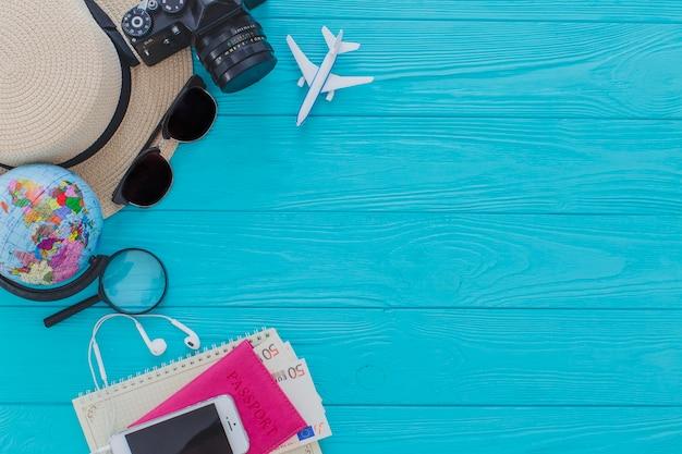Vista dall'alto di oggetti d'estate decorativi sulla superficie di legno