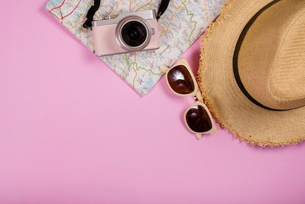Vista dall'alto di oggetti e gadget per accessori da viaggio