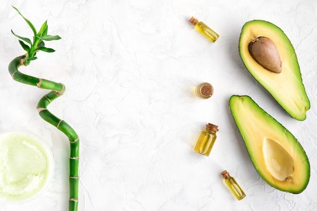 Vista dall'alto di olio di avocado e bambù per trattamenti di bellezza spa