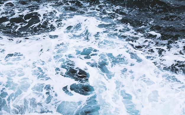 Vista dall'alto di onde di schiuma