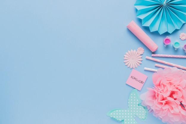Vista dall'alto di origami decorativi artigianali su sfondo blu