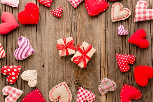 Vista dall'alto di ornamenti di san valentino con doni