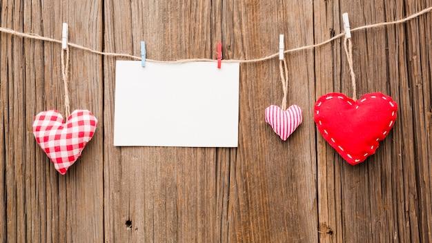 Vista dall'alto di ornamenti di san valentino su stringa con carta