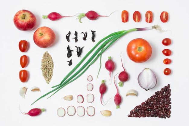 Vista dall'alto di ortaggi biologici e mele sul tavolo