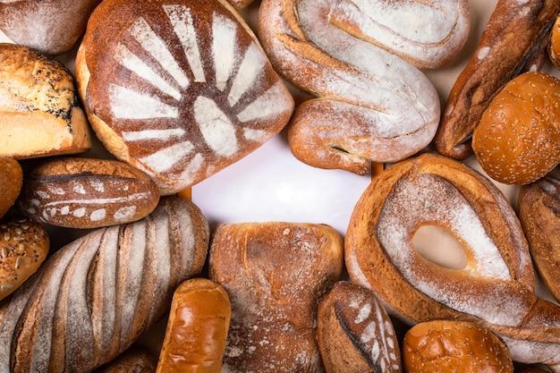 Vista dall'alto di pane gustoso con centro vuoto per logo