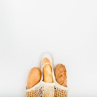 Vista dall'alto di pane in borsa riutilizzabile con spazio di copia