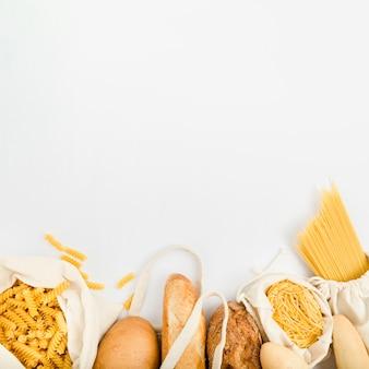 Vista dall'alto di pane in sacchetto riutilizzabile con pasta sfusa