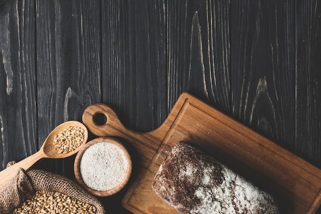 Vista dall'alto di pane panino e cereali