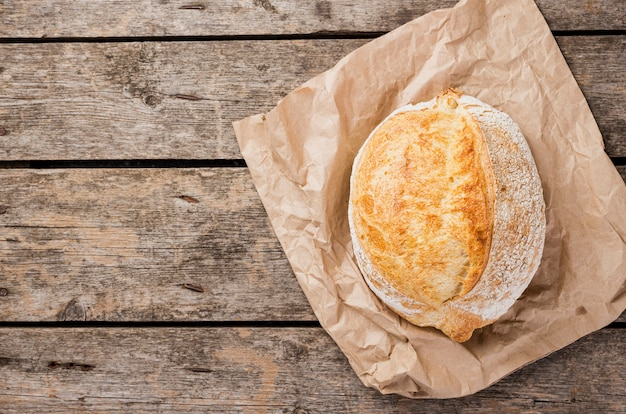 Vista dall'alto di pane tondo su carta da forno