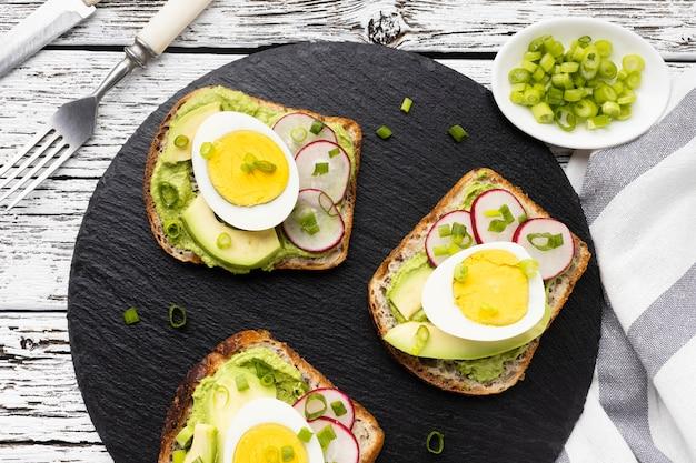 Vista dall'alto di panini con uova e avocado