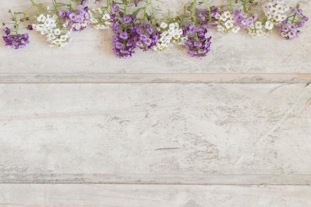 Vista dall'alto di pannelli danneggiati con fiori e spazio per i messaggi