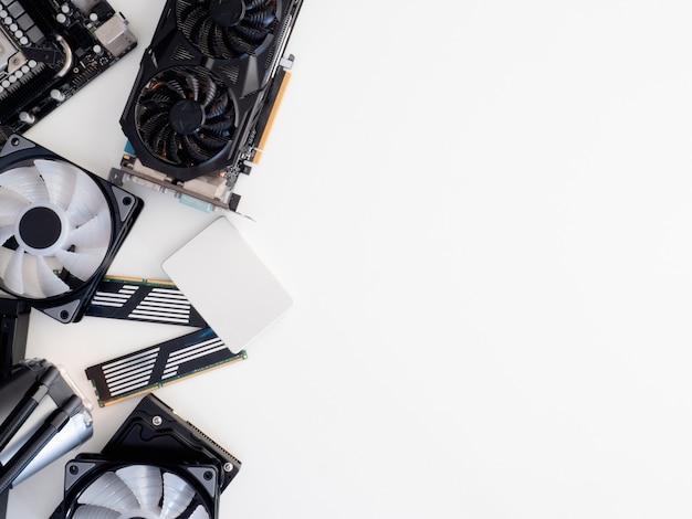 Vista dall'alto di parti di computer con hard disk, unità a stato solido, ram, cpu, scheda grafica, raffreddamento a liquido e scheda madre