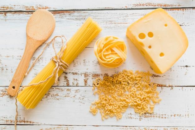 Vista dall'alto di pasta cruda con formaggio