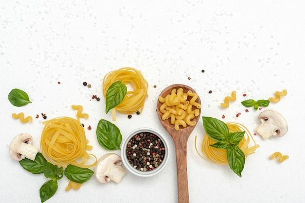 Vista dall'alto di pasta e pepe su sfondo chiaro