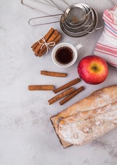 Vista dall'alto di pasta fresca con mela sul tavolo
