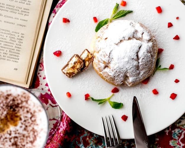 Vista dall'alto di pasta frolla torta decorata con fragole tagliate su un piatto bianco