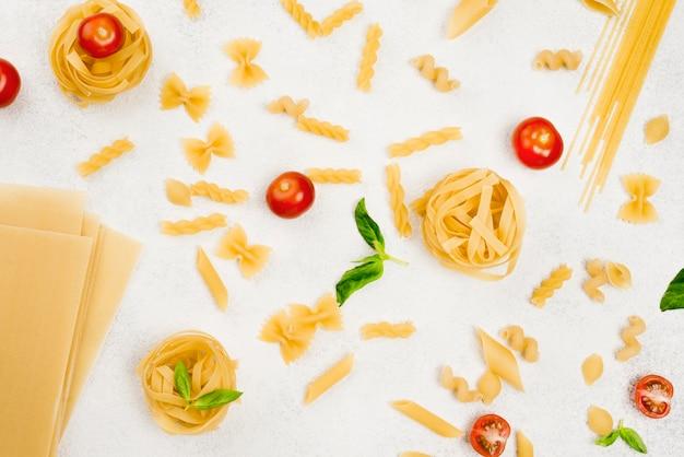 Vista dall'alto di pasta italiana